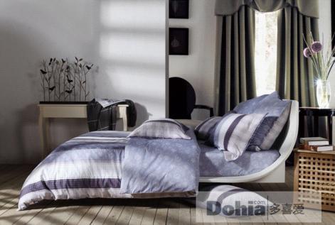 同时鱼白色及紫蓝色的条纹搭配又增添了床品的现代