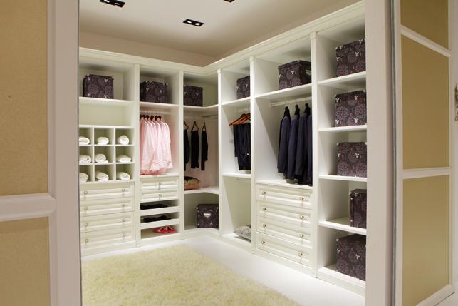 大自然温莎堡橱衣柜之简欧系列衣帽间,是一款欧式风格开放式衣帽间。从整体来看,象牙白的色调,尽显简洁与品味,线条干净利落而又不失贵气,浑然天成的做工彰显产品的高品质。大自然温莎堡橱衣柜产品总监表示,整个衣柜的功能区设计也比较完备,衣柜主要分为挂衣区、鞋架区、格子叠放区、趟衣板区、抽屉区、大件物品叠放区等,功能划分泾渭分明,让你拿去衣物时能够随心所欲。