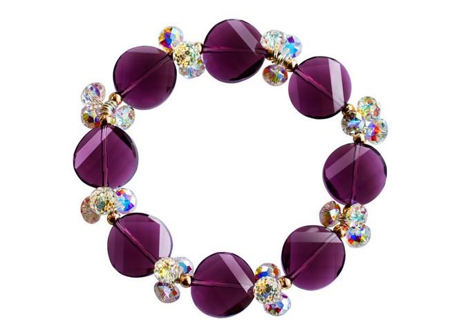 星星饰品品牌介绍 星星飾品公司是中國大陸珠寶飾品業研發設計、生產加工及銷售服務等領域的先導之一,隸屬與福建莆田的黃氏集團,一直以來公司立足廣州輻射全球,以向全球提供珠寶、飾品成品和半成品,做全球最大的珠寶配件供應商為己任。依靠著自身擁有的全球最大的貓眼石生產基地,品種最廣的雜石生產製造商的優勢。及多家航空公司及貨運公司(UPS、DHL、聯邦、TNT等)的戰略同盟關係,形成了星星珠寶覆蓋全球的供應鏈,對全球各地定單24小時內做出回應,形成了星星珠寶專業的營銷模式。 秉承做卓越企業,創國際品牌的企業願景,