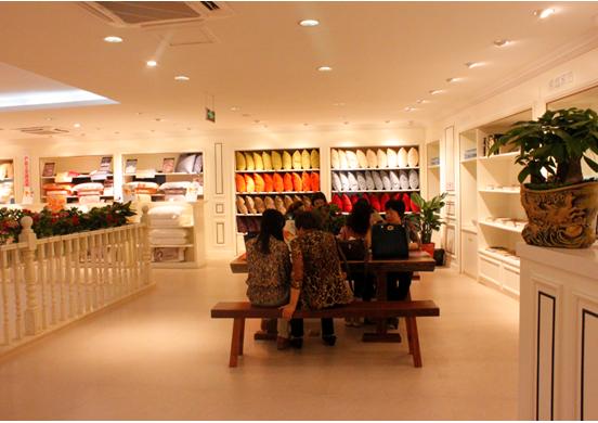 创意展示中心共有三层,总面积超过3000平米。凯盛家纺2014秋冬米兰、罗马、威尼斯、狄安娜、丘比特、匹诺曹6个风格系列的套件及芯类、毛浴巾、拖鞋、丝巾等全系列新品在每一个精心规划的主题区域,华美雅致而生动地展示着,意大利设计风格融合国际时尚元素,搭配别具匠心的创意陈列,与中心整体欧式装修风格和谐地融为一体;咖啡休闲吧、商务洽谈区、儿童乐园、高尔夫休闲屋、男士等候专区等休闲文化区域点缀其中,赋予创意中心凯盛家纺休闲文化内涵,在2014秋冬新品订货会期间带给来自全国各地的加盟伙伴们至尊奢华的家纺产品及文化
