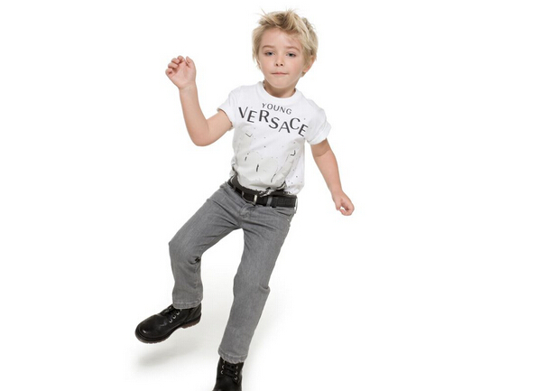 爱趣童装加盟介绍 目前,爱趣童装品牌服饰在全国已拥有200余家销售网点,网络遍布全国各大、中城市,并以每年60%的增长速度不断增加。2005年爱趣童装全面实施连锁经营战略,铸就名牌服饰、打造百年企业,将是爱趣童装发展的方向和不懈的追求。 爱趣童装品牌致力于生产至臻至美的儿童时尚个性休闲服饰,精选当今国际流行面料,将国际童装时尚流行元素与我国儿童着装的发展趋势巧妙的结合,设计裁剪出适合于中国童装市场的流行服饰,并以独特的款式、个性的剪裁、优良的品质、实惠的价位吸引了众多健康、运动、时尚的少年