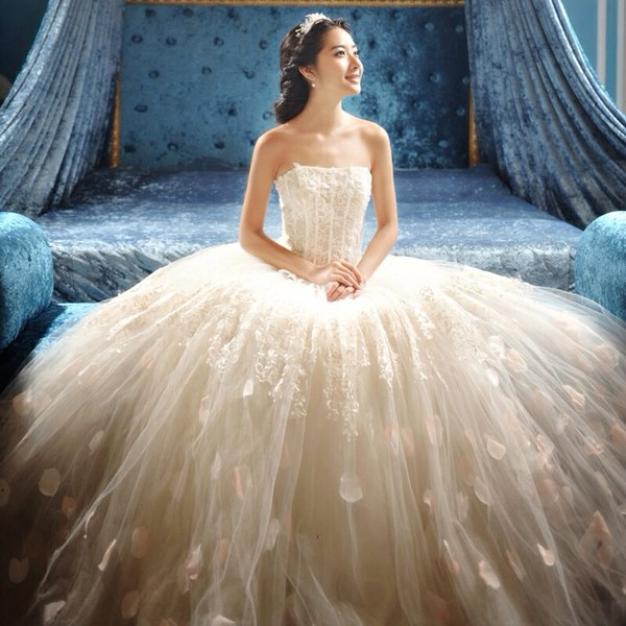 """广州市海珠区名尚莎婚纱礼服店,中国婚纱礼服协会副会长,一家集设计、生产、销售、商贸、服务于一体的现代工贸企业,注册资本223万元,资金规模3.7亿元,年产销售服装33万件(套),连续多年销售收入过亿元,享誉全球的婚纱礼服高级品牌,当属""""新娘婚纱 第一品牌""""称号,主打风格:性感婚纱,浪漫婚纱,潮流婚纱,简约婚纱,中国最专业最权威的婚纱礼服平台。公司共700人,设计师40名,每年出口1."""