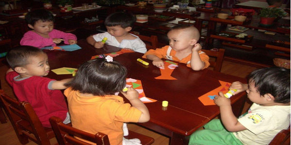 蒙台梭利教育是被普遍接受的国际标准教育,而咿顿国际幼儿园的教师均是蒙台梭利教育者。在此基础上我们为孩子们提供了全日制英文授课,鼓励顺应儿童天性的学习探索教育氛围,这是开发您孩子的创造力、培养良好品格以及多元文化的保证。我们每个班配备两个纯正的英语教师来引导您的孩子,为孩子的未来成功打下坚实基础。这就是咿顿国际幼儿园的独特魅力 。 咿顿国际幼儿园为来自世界各国的1.