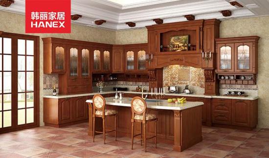 同样的巴洛克风格,韩丽橱柜品牌巴洛克实木整体橱柜演绎不朽的经典:浓厚的维多利亚时期风格的一款实木橱柜,承袭纯正欧式古风,造型古朴典雅,气质尊贵,细节上精雕细刻,铜条玻璃门、工艺柜、罗马柱、顶线等欧式设计元素的充分运用,再配以古朴雕花装饰,突显出主人的非凡品味。 圣心教堂