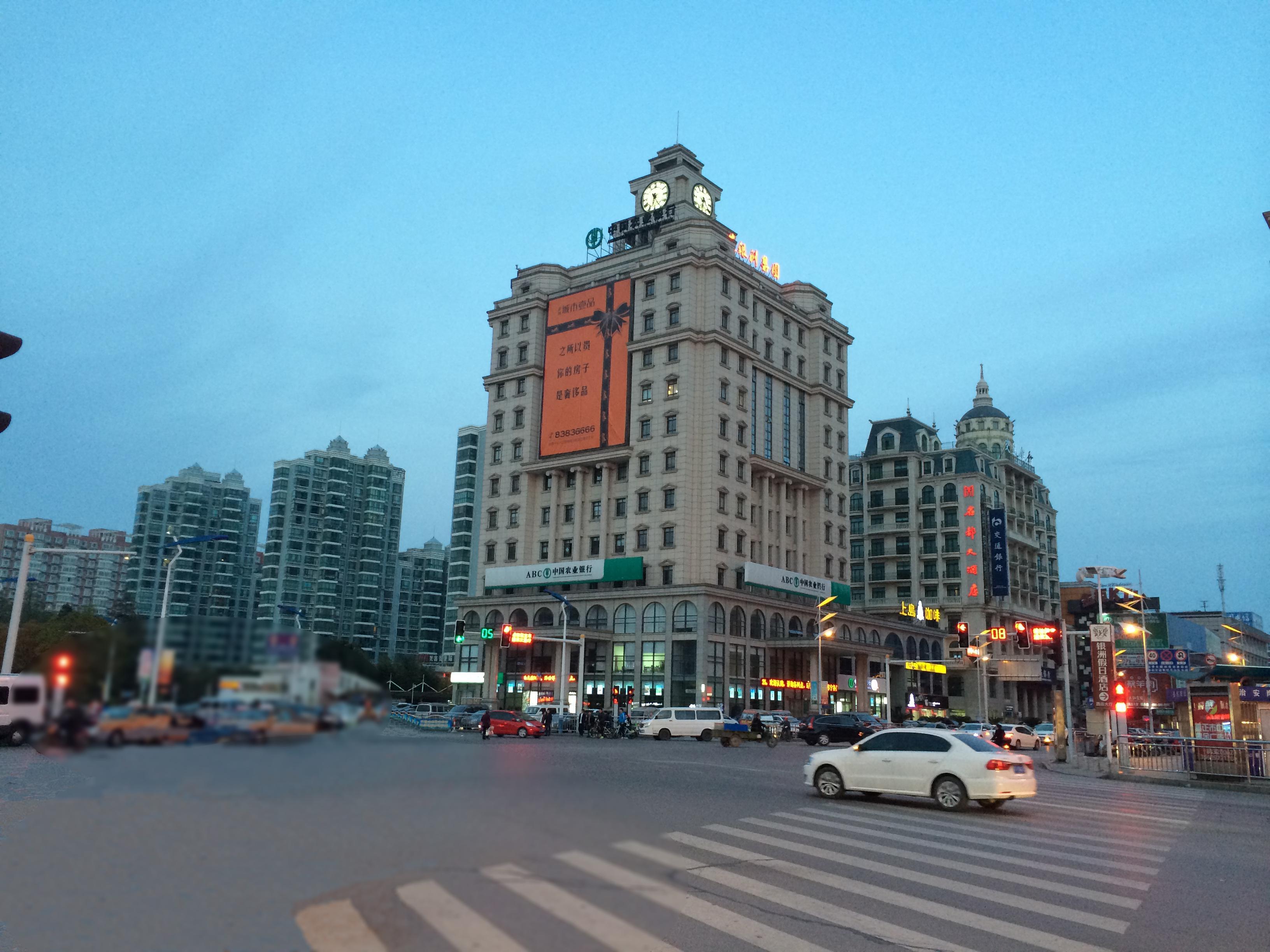 江苏省启东市欧洲风情街是一条贯穿人民路、公园路,宽12米、长300的步行街。它结合欧式建筑风格,收纳国内外知名品牌,汇聚启东服装、鞋帽、饰品、箱包等各类时尚消费精品。天鼎广场位于时代超市两层,万余平米的广场上配以现代气氛浓郁的大型音乐水幕电影,使休闲区与商业购物区形成良好互动,实现了商业与休闲的完美结合。VVA品牌专卖店位于欧洲风情街72号。