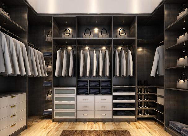 如果卧室空间有限,可以在装修时改变房间格局,将衣柜放到其他空间,或者在条件允许的情况下拆开卧室墙面,扩大室内空间。另外,卧室的阳台也可以设计为小型衣柜,对于单身或者二人世界的家庭都较为合适。 衣柜看起来都差不多,但如何设计功能分区,什么尺寸的衣柜占用面积小,都大有讲究。 一般定制衣柜高2400mm,长1800mm,分为900mm长的两个单元,柜深为600mm。盲目扩大或缩小个别区域,不仅给使用带来不便,里面放置了衣物后,还可能带来牢固度方面的隐患。那么,衣柜的黄金尺寸到底什么样呢?玻璃衣柜门:单扇移门
