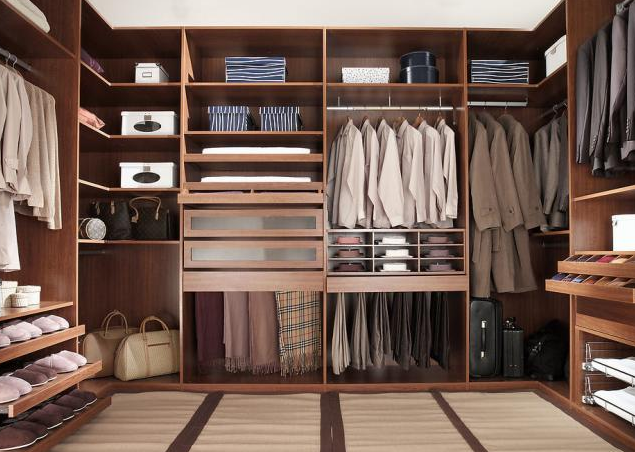 开放式衣柜的设计技巧 虽然开放式衣柜开敞的特点可以带来光线,但是在设计的时候,也要合理安排灯光、色调等,让衣柜更好的与整体的家居装修风格协调一致的同时,将自己独特的情调表现出来。最好在家装前夕,就将衣柜作为一个特定的空间来考虑设计,然后根据整体光线色调和家居的资源、空间结构进行搭配合理设计,采用的灯光,要接近自然光线,让衣物的颜色接近或者保持正常,避免发生色差,方便使用者拿取。 关于开放式衣柜的讨论到此告一段落,希望能够对您有所帮助,本站也有很多衣柜品牌生产开放式衣柜,产品质量优,造型美观,您可以联系在