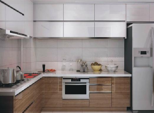 亚克力门板价格大概是在1500元左右,因为这种材质是现在比较流行的一种,所以在价格上难免会高昂一些,亚克力门板极具优异性,具有抗污能力强,容易清理;不会变形,具有超长使用寿命;门板的封边技术精湛,可以有效的防止潮湿。 烤漆板基材为密度板,表面经过六次喷烤进口漆(三底、二面、一光)高温烤制而成,烤漆的橱柜门板色泽鲜艳易于造型,还具有很强的视觉冲击力,非常美观时尚且防水性能极佳,抗污能力强,易清理。价格也比较便宜,比较适合外观和品质要求比较高,追求时尚的年轻高档消费者。 晶钢门板也是一种性能非常好的门板,极