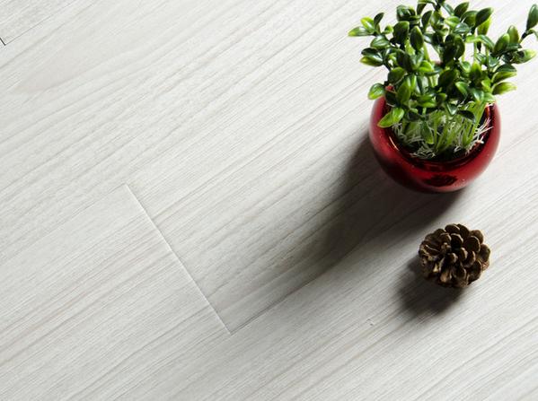 客厅铺木地板好还是瓷砖好根据装修风格进行选择 客厅铺木地板好还是瓷砖好?消费者需要根据家中装修风格选择客厅地面铺设材料。现代的家庭大多都会采用现代简约风格,这种风格的话多选择800*800的抛光砖。复古的欧式风格可能用到地板的几率会高一点,而田园风格的话二者皆可选择,要铺设哪一种那就要根据主人的喜好和具体设计来决定了。