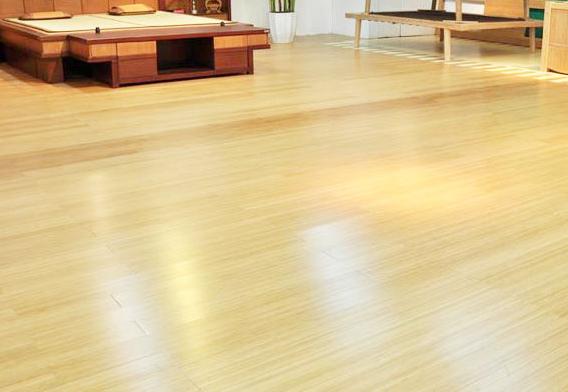 木地板材质竹材地板 竹材地板也就是竹地板,竹地板是一种新型建筑装饰材料,它以天然优质竹子为原料,经过二十几道工序,脱去竹子原浆汁,经高温高压拼压,再经过多层油漆,最后红外线烘干而成。竹地板以其天然赋予的优势和成型之后的诸多优良性能给建材市场带来一股绿色清新之风。竹地板有竹子的天然纹理,清新文雅,给人一种回归自然、高雅脱俗的感觉。它具有很多特点。 木地板材质软木地板 软木地板被称为是地板的金字塔尖上的消费。与实木地板比较其更具环保性、隔音性,防潮效果也会更优秀,带给人极佳的脚感。软木地板可分为粘