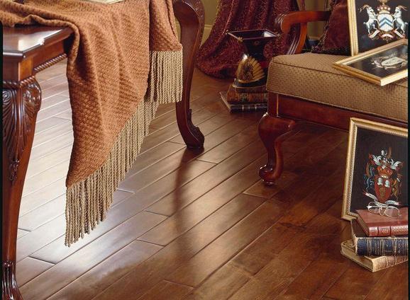 实木复合地板价格 三层实木复合地板是由三层实木单板交错层压而成,其表层为优质阔叶材规格板条镶拼板,材种多用柞木、山毛榉、桦木、水曲柳等;芯层由普通软杂规格木版条组成,材种多用松木。杨木等;底层为旋切单板,材种多用杨木、桦木、松木。多层实木复合地板是以多层胶合板为基材,以规格硬木薄片镶拼板或单板为面板,层压而成,改变了以前的物理结构,因为稳定性非常好,且是地暖地板的最佳选择。实木复合地板价位是多少?三层实木复合地板与多层实木复合地板的原材料,加工工艺等不同,价位也有一定的差异。多层实木复合地板价格要比三层