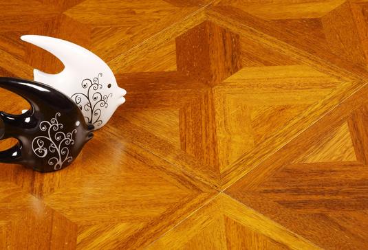 实木复合地板价格表 实木复合地板价格表分好几个层次,中等的多层实木复合地板价位在150 元--300元一平方;便宜的多层实木复合地板价位在100--300元之间; 再好一点的多层实木复合地板价位在300以上。一般而言,品牌不同、材质不同,都会对实木复合地板的价格产生很大的影响。下面为您列举一下不同品牌、不同材质的实木复合地板价格表。 圣象多层实木复合地板AM9663柚木地板 价格:174.