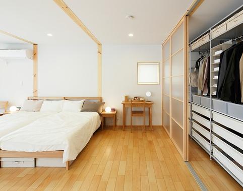 地板的颜色需要跟房间的面积进行搭配 首先我们明白不同的色调会给人造成不同视觉效果,房间面积小的适合选择简洁明快的暗色调地板,给人感觉面积增大的感觉;相反房子面积适宜选用色彩较深且纹理较粗的暖色地板,让房间变得相对紧凑。小房间适合选购小纹理或直纹地板,大房间可采用大而杂乱的花纹。 地板的颜色需要跟家具的颜色进行搭配 地面的颜色要衬托出家具的颜色并且以沉稳柔和为主色调,因为地面属于永久性装修,正常情况下,它是不会经常更换的,所以要选择比较中性的颜色。从色调上来说,浅色的家具可与深浅颜色的地板随意组合,但是深