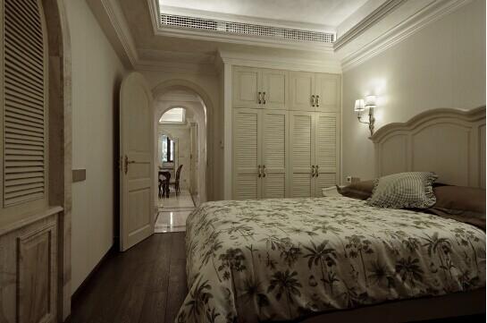 亦如这间简欧的卧室,拱门造型的房门