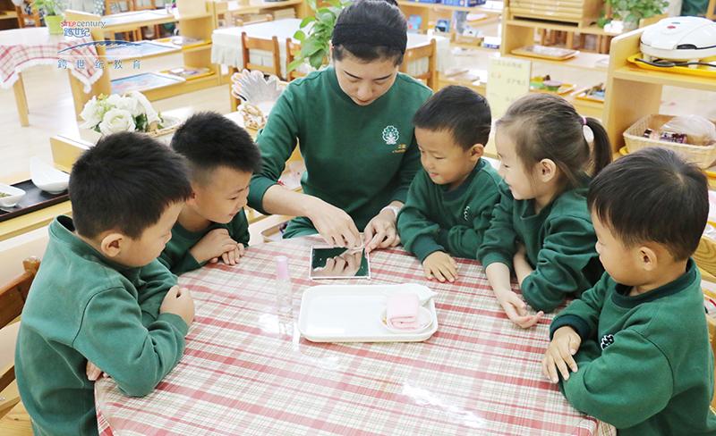 跨世纪是中国式蒙特梭利教育的拓荒者和发展者,跨世纪中国式蒙特梭利教育的特点是中西合璧,兼容并蓄,把蒙特梭利教育与中国传统教育精华相结合。自20世纪90年代起,香港跨世纪国际教育集团与国内一批有志于弘扬幼儿教育之士,将蒙特梭利教育在中国内地逐步推广,发扬光大,推动着国际规范的、具有中国特色的、中国式蒙特梭利教育遍布大江南北,硕果累累,被家长广泛赞誉跨世纪教育的孩子就是不一样。20多年来,跨世纪潜心致力于蒙特梭利教育的研发和推广工作,为丰富中国式蒙特梭利教育的理论和实践做出了杰出的贡献,建立了一套完整的