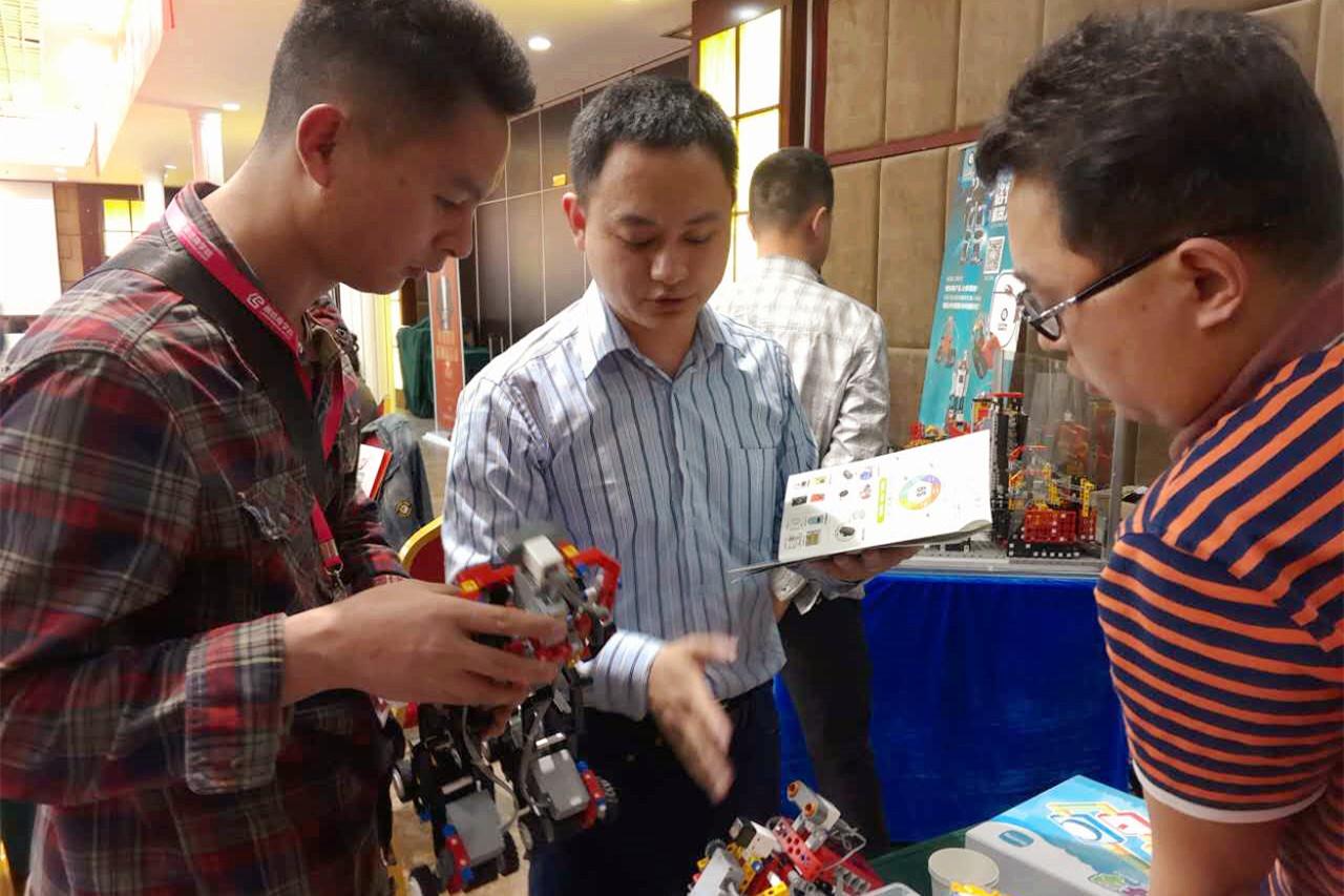 【格物斯坦机器人郑州宣讲会震撼全场,超乎想象_格物斯坦机器人教