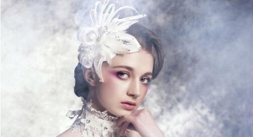 在婚礼当天变换成梦幻的唯美小新娘一定是人见人爱的款。总是想在发型上寻求突破的姑娘们不如购入一支精致没得挑的清新发饰,这可是欧美新娘们众所瞩目的呢,让它帮你吸睛在行!