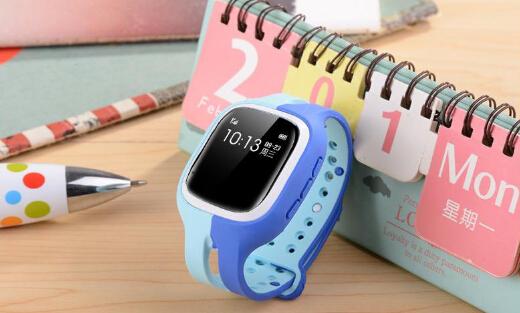 """在中国市场上,近年来儿童手表市场迅速爆发,在刚刚结束的双十一大促销中,一些厂商的儿童手表也获得了几十万只的销量。根据外媒报道,德国联邦网络机构已经禁止在该国销售儿童智能手表。那么德国为什么禁止儿童手表?   德国禁止儿童手表的原因是什么   针对儿童的智能手表并不是什么新鲜事。一些不同的公司已经向儿童出售拥有基本功能的智能手表,比如简单的电话呼叫和GPS追踪,这些功能通常是通过在父母的手机上下载的应用程序来控制的。   在包括中国、德国在内的许多国家,儿童智能手表(以下简称""""儿童手表"""")流行一时,家长们利用这种手表监控孩子所处的位置,甚至监听周边环境的声音。不过儿童手表也引发了有关个人隐私的担忧。据外媒最新消息,德国政府监管部门日前宣布,将全面封杀儿童手表。   智能手表曾经是科技行业的""""必备""""配件。然而,可穿戴设备市场在过去一年中有所下降,而且还将变得更小。根据外媒报道,德国联邦网络机构已经禁止在该国销售儿童智能手表。   据英国广播公司报道,德国联邦网络监管局日前宣布,禁止销售儿童手表,另外家长们现在就应把现有的儿童手表销毁。该机构表示,已经对多家在网络上销售儿童手表的公司采取了措施。   早在去年10月,挪威消费者委员会就发现,一些儿童的智能手表不会对他们储存或发送给父母的手机的数据进行加密,这将给戴着设备的孩子带来一些安全风险。   挪威消费者委员会的一位负责人表示,德国政府的禁令给儿童移动产品的制造商发出了警告,这些产品的安全性必须提高。他还呼吁在欧盟范围内增强少儿类移动设备的安全性。   由于缺乏加密技术,黑客可以轻而易举地侵入智能手表,这可能会让心存歹念的人轻松追踪到一个孩子。换句话说,他们可以轻而易举找到一个戴着智能手表的孩子,然后模仿这台设备,这样就可以给家长发送错误的位置信息。   其他功能也会带来隐私风险。一些儿童的可穿戴设备使用麦克风,让家长可以听到孩子的环境。德国联邦网络机构主席Jochen   Homann表示,使用这一功能的手表应该被视为""""一种未经授权的传播系统"""",理由是一些父母通过教室里孩子的手表来听老师讲课,而老师并不知情。   由于这些原因,德国联邦网络机构已经全面禁止儿童智能手表,并敦促拥有这类智能手表的父母立即将其丢弃。"""