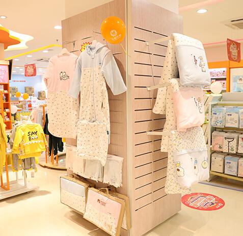 可爱可亲母婴店衣服区