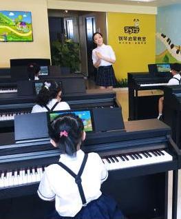 艺好学钢琴启蒙教室背影