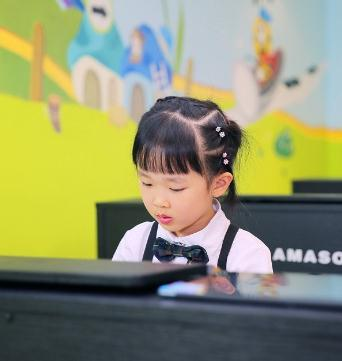 艺好学钢琴启蒙教室小女孩