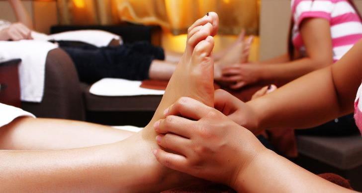 足疗脚底穴位挤压