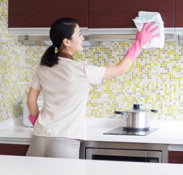 家政擦洗橱柜