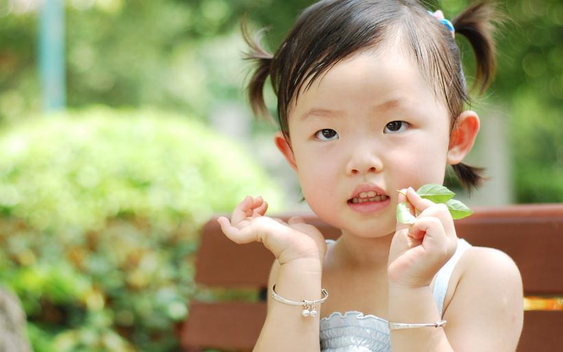 漂亮宝贝儿童摄影绿色