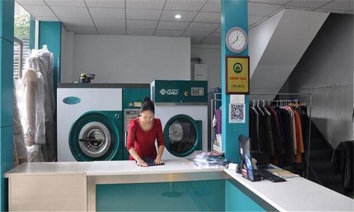 洁希亚洗衣低头
