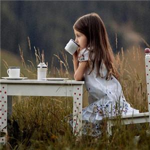 安爵儿童摄影喝水