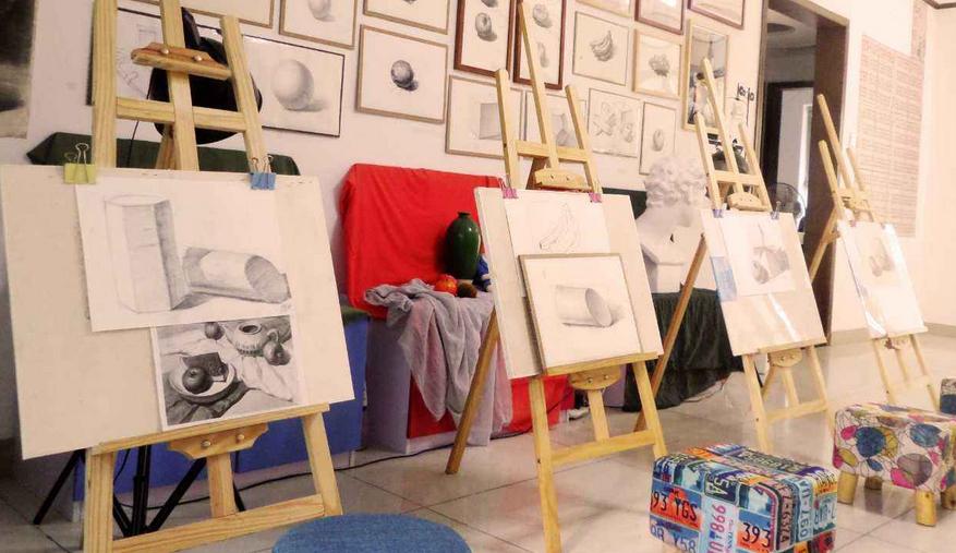 创意娃娃美术教育素描