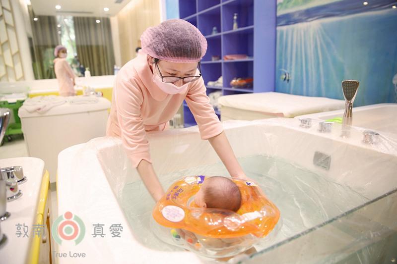 敦南真爱月子会所宝宝洗澡