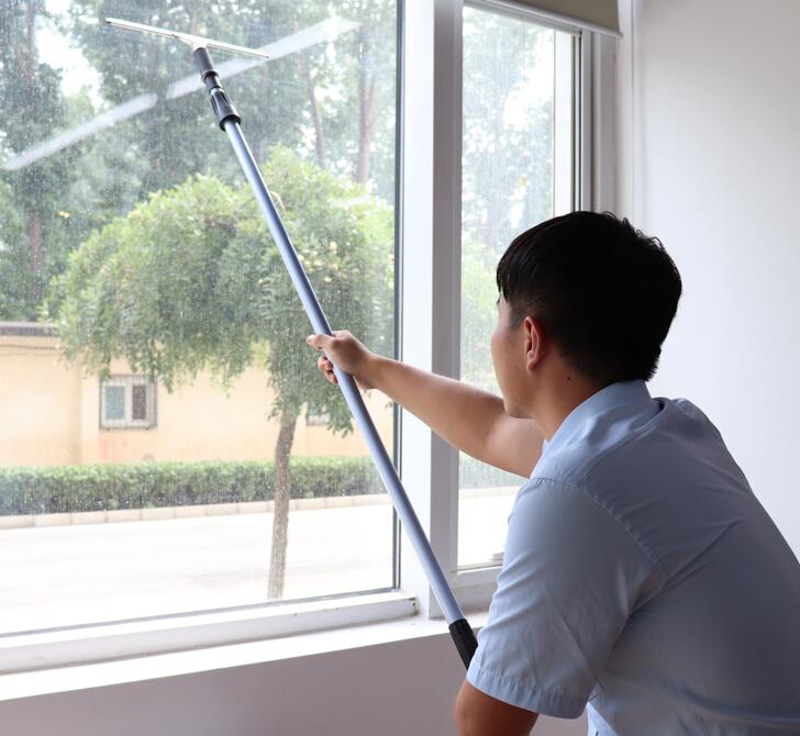 芮艾凈家擦窗戶