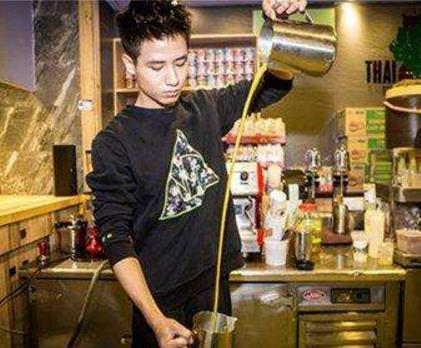 阿莱泰茶服务员