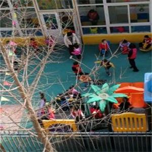 凯迪双语幼儿园玩耍