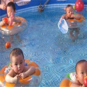 游来游去婴儿游泳馆一起游泳