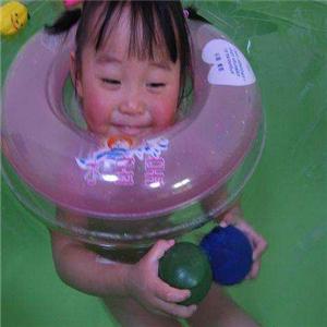 游来游去婴儿游泳馆玩耍