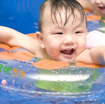 倍优天地婴儿游泳