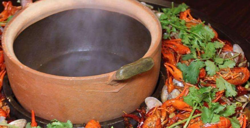 鼎上烧陶瓷碗