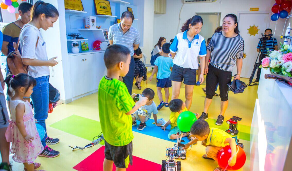 特力科机器人科教中心家长围观