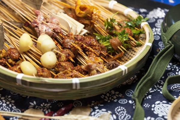 譚二師路邊市井火鍋菜品豐富