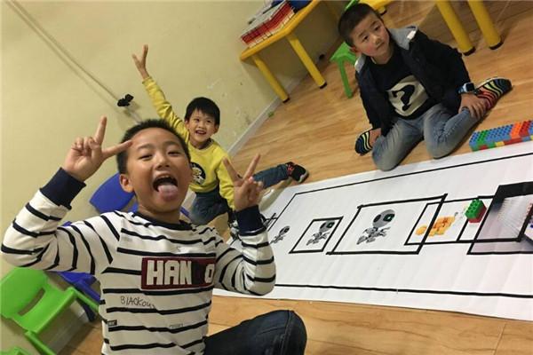 贝尔机器人儿童学院笑着