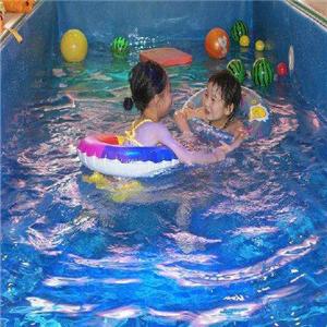 靓宝宝婴儿游泳馆玩游戏