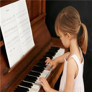 周菲鋼琴認真