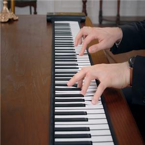 周菲鋼琴專心