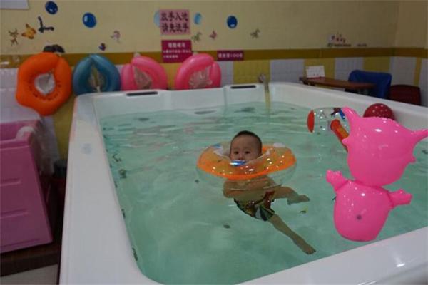 多多爱婴儿游泳馆粉色