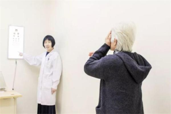 亮一生视力保健指着