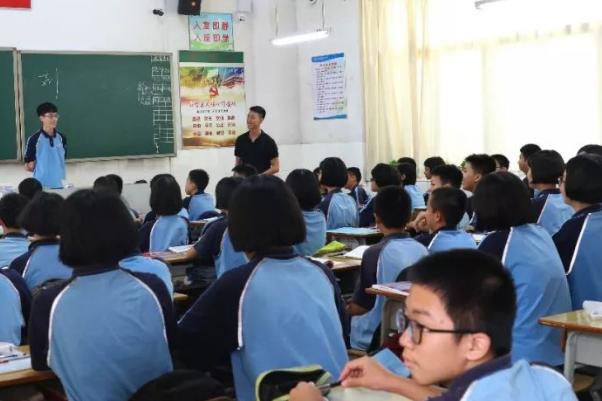 郑老师教室学生和老师