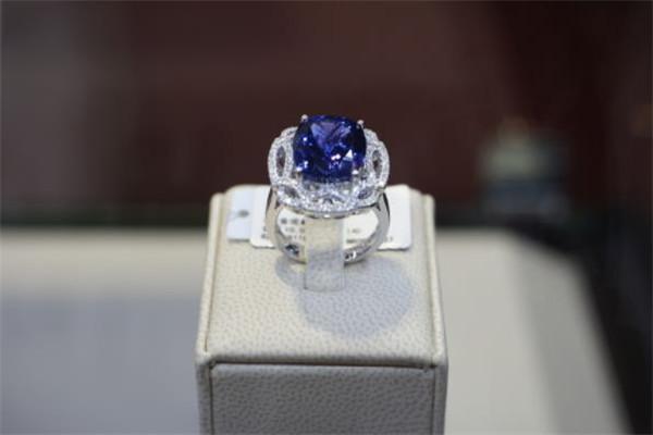 浙的珠宝戒指