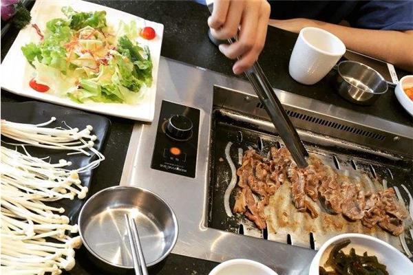 嘿牛韩式料理桌子